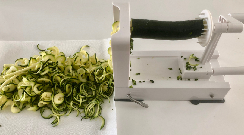 This No Cook Zoodle Cacio e Pepe is light, packed with flavor, and you only need a four ingredients: zucchini, parmesan cheese, olive oil and salt/pepper. | www.grownupdish.com